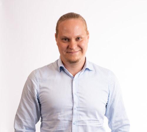 Henrik Katajainen hymyilee.