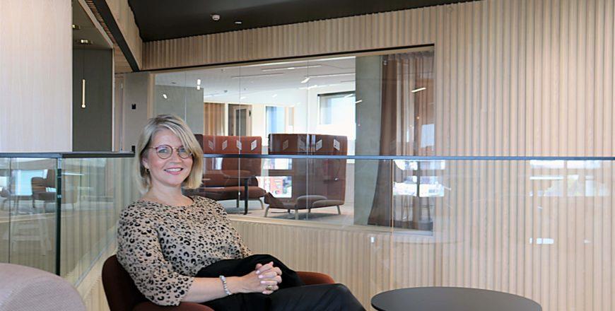 Vakuutusneuvoja Pia Nieminen istuu Veritaksen uudella konttorilla