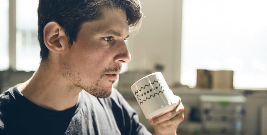 Person dricker kaffe