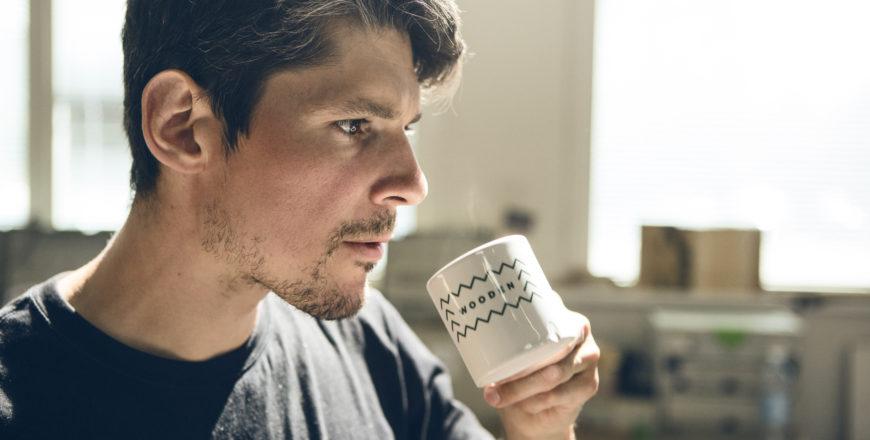 Henkilö juo kahvia
