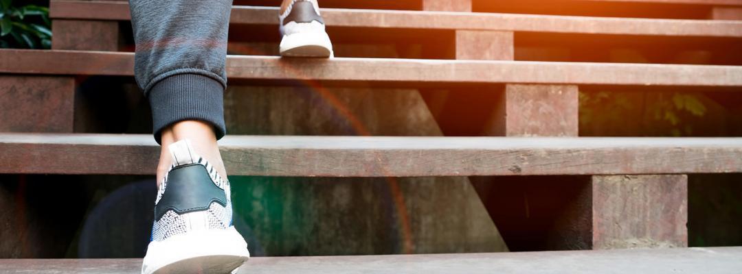Fot går uppför trappan.