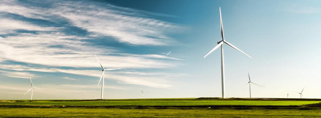 Tuulivoimalat aukiolla.