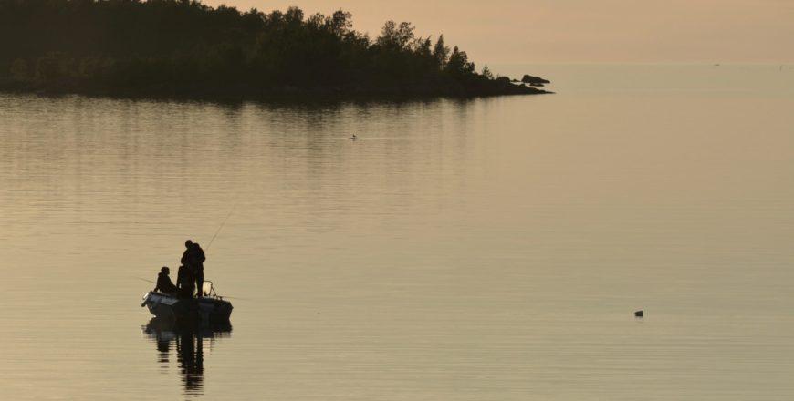Personer fiskar på stilla hav